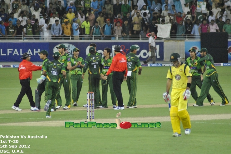 Pakistan team celebrating after getting Maxwell's wicket