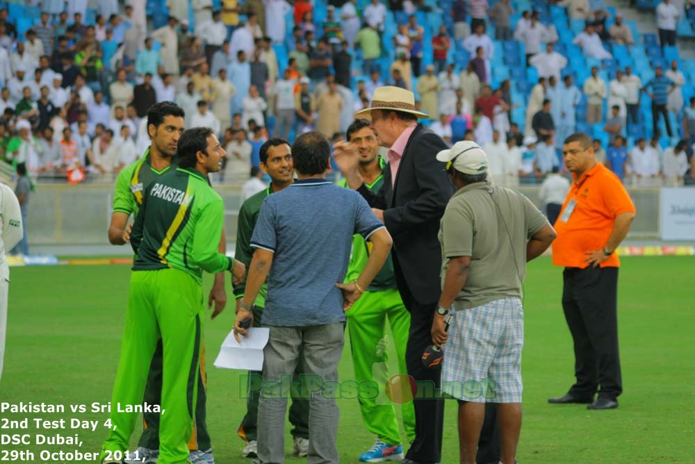 Tony Greig has a word with Pakistani players