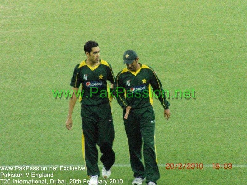 Shoaib Malik discusses strategies with Umar Gul