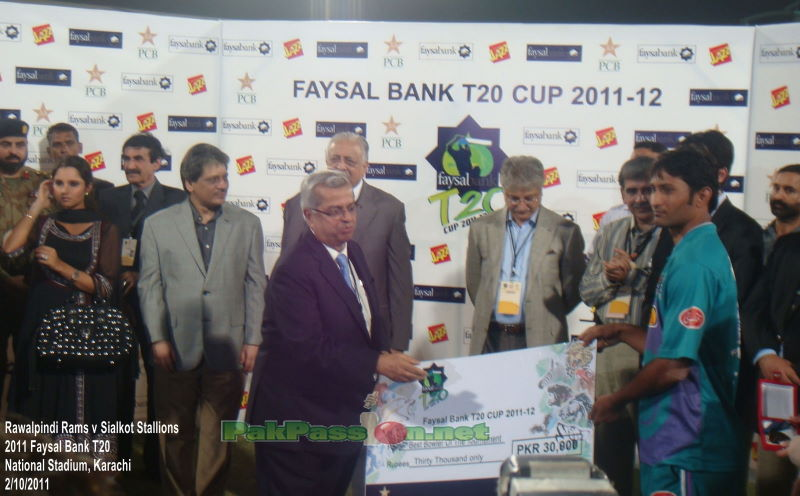 Mohammad Rameez receives a cheque at the presentation ceremony