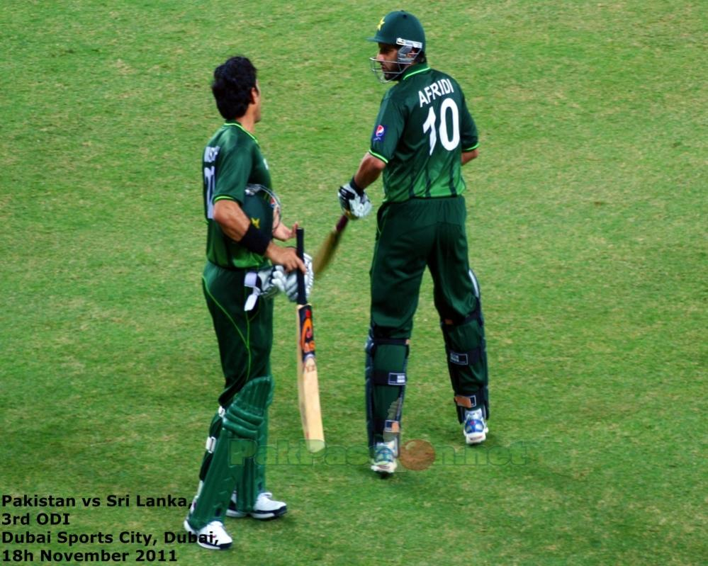 Captain Misbah has a talk with Afridi before he goes on to bat