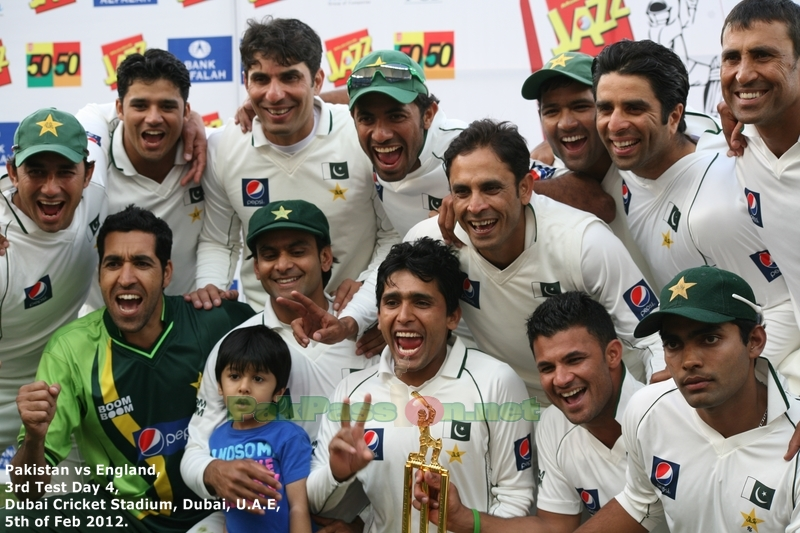 68.2. Pakistan team with Trophy
