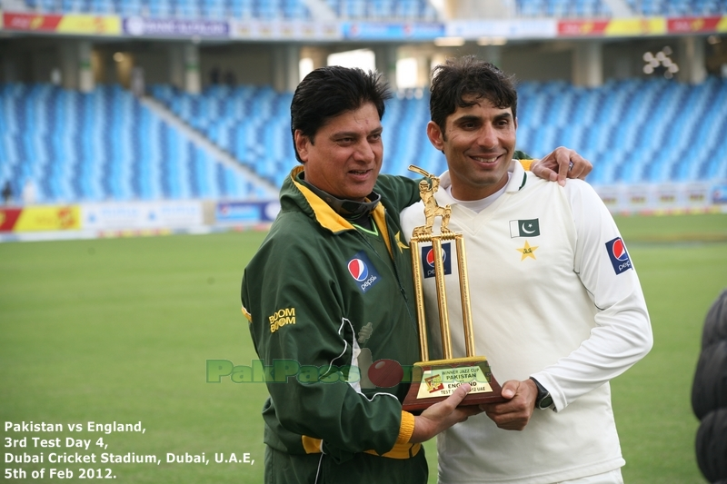 73. The Final Shot - Moisin and Misbah with the Trophy.