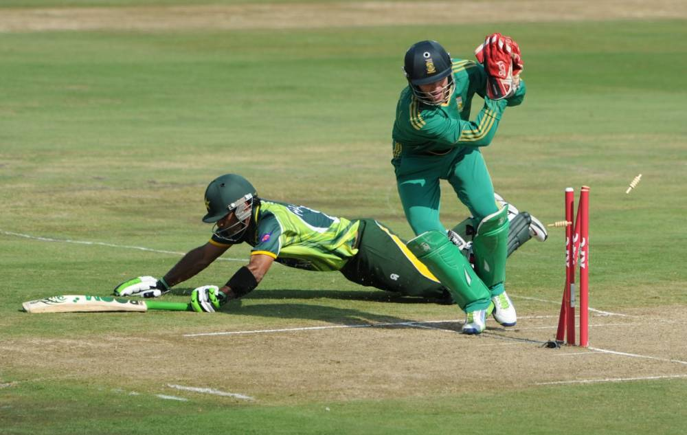 AB de Villiers attempts to run out Mohammad Hafeez