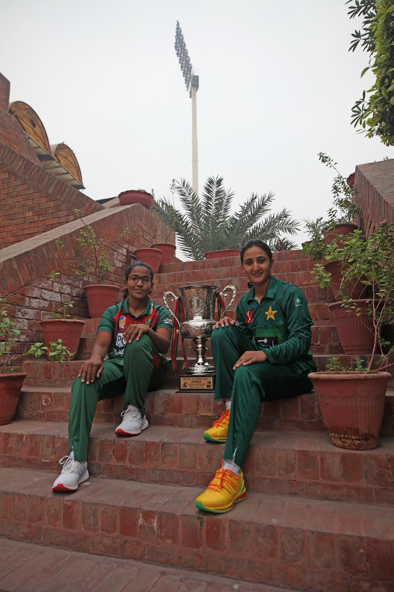 Name:  Pakistan and Bangladesh captains with the ODI series trophy - PCB.jpg